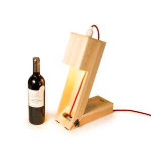 Pudełko zamienia się w lampkę biurkową, która doda wnętrzu wyjątkowy charakter.