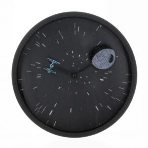 Na wskazówkach zegara znajdują się dwa kultowe statki rodem z Gwiezdnych Wojen.