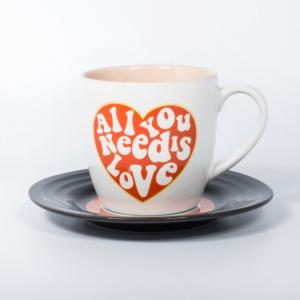 "Filiżanka z tekstem piosenki ""All you need is love"" The Beatles."
