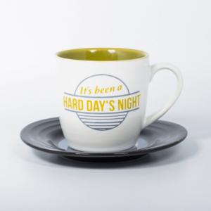 "Filiżanka z tekstem piosenki ""Hard day's night"" The Beatles."