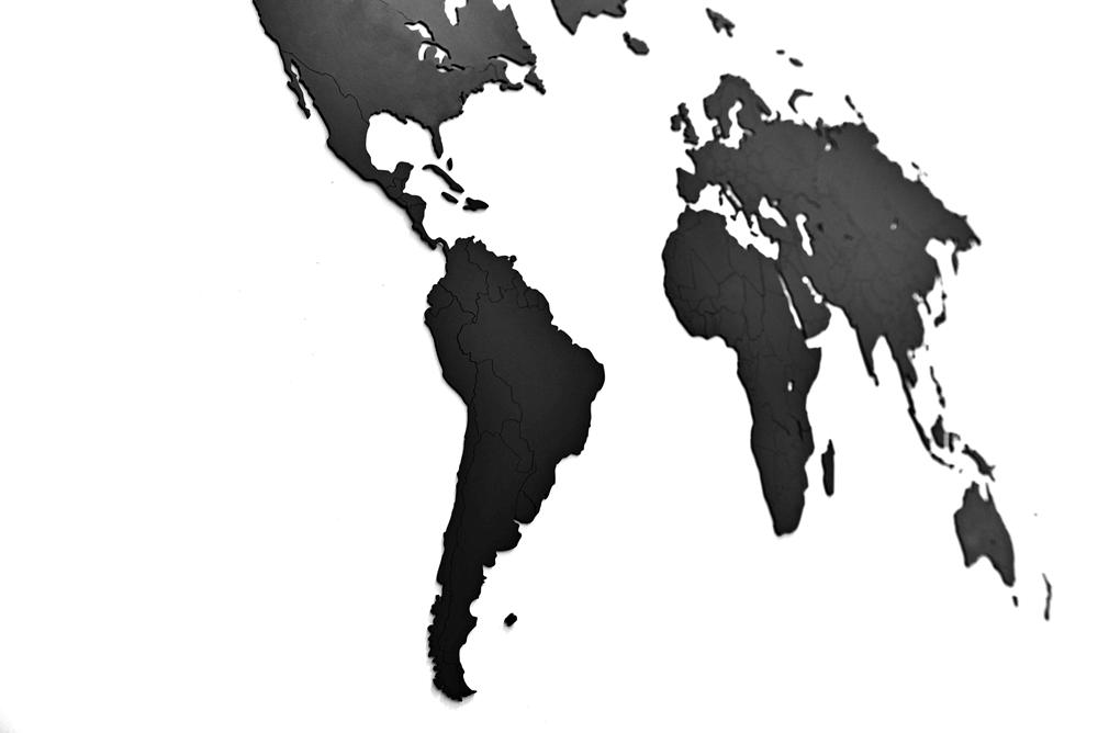 Mapa świata wykonana z drewna.