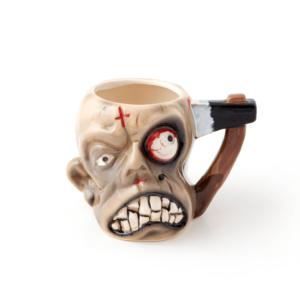 Kubek zombie z siekierą wbitą w głowę zamiast tradycyjnego uchwytu.