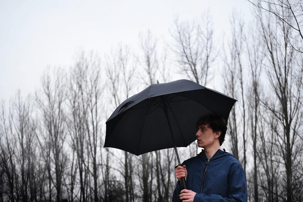 Solidny parasol posiada 8 drutów.