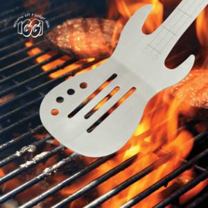Szpatułka posiada nacięcia, które nie tylko maja praktyczne zastosowanie w grillowaniu.
