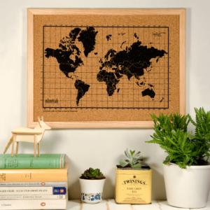 Przyjazna dla środowiska i odpowiednia do recyklingu tablica korkowa z mapą świata.