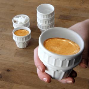 Kubek wykonany z wysokiej jakości ceramiki wykończonej białą emalią.
